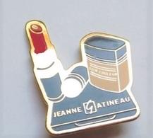 GP151 Pin's Parfum Rouge Lèvres Jeanne Gatineau Signé Winner Cosmétique Perfume Achat Immédiat - Perfumes