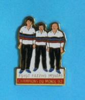 1 PIN'S //  ** CHAMPION DU MONDE / PÉTANQUE '92 / FOYOT / FAZZINO / MONARD ** - Bowls - Pétanque