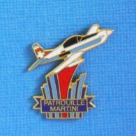 1 PIN'S //  ** PATROUILLE MARTINI / SUISSE / AVION PILATUS PC-7 / 1987 ** - Avions