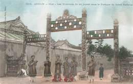 Viet Nam Annam Hué Les Musiciens Du Roi Jouant Sous Portique Carte Colorisée + Timbre Timbres Cachet 1906 , Indochine - Vietnam