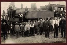 Carte Photo Non Située Locomotive à Vapeur * Groupe D' Ouvriers Chef De Gare Employé Train Loco Voie Ferrée * Beau Plan - Trains