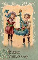 CPA Heureux Anniversaire : Deux Enfants Tenant Une Encre Faite De Fleurs Bleues - Gaufrée - Anniversaire