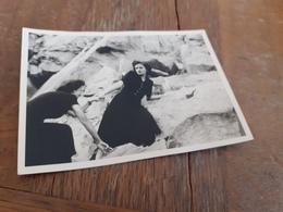 FRAUEN IN DEUTSCHLAND DAZUMAL - ZWEI DAMEN IN SCHWARZ BEIM BERGSTEIGEN - 1952 - Persone Anonimi