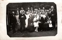 Carte Photo Originale Mariés Et Leur Groupe Familial Au Jardin Vers 1920/30 - Persone Anonimi
