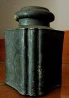 ANCIEN ENCRIER DE BUREAU . METAL ET ETAIN  Ciselé BORDS Chantournés  . ART NOUVEAU . ANTIQUE TIN INKWELL SCALLOPED EDGES - Inkwells
