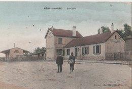 MERY-SUR-OISE.  La Gare (exterieure). Deux Hommes De Dos. Carte Couleur - Stazioni Senza Treni