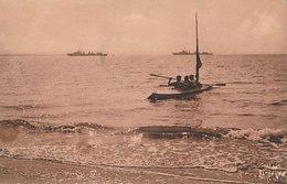 ILE DE RE - RIVEDOUX. Plage Du Deffend, 2 Navires De Guerre En Rade De La Pallice-Rochelle, Canoë Au 1er Plan. Ramuntcho - Ile De Ré