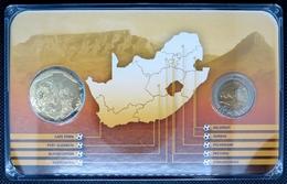 0215 - COFFRET COMMEMORATIF Coupe Du Monde De Foot 2010 Afrique Du Sud - 5 Rand Domée Prétoria + Médaille - South Africa