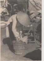 N7- HUE (INDOCHINE) CARTE PHOTO - LE 21 JANVIER 1951 -  MARCHAND DE RIZ ET DE SOUPES CHINOISES  - - (ANIMEE - 2 SCANS) - Viêt-Nam