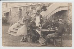 THEME MILITARIA - CARTE PHOTO A SITUER - SOLDATS EN HOPITAL TEMPORAIRE - CROIX ROUGE - CARTES A JOUER - Militaria