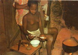 TOGO - Jeune Fille Ewe, Poissons Et Sauce - Togo