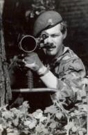 1982 , FALKLAND ISLANDS / ISLAS MALVINAS , PRESS PHOTO , WAR , GUERRA ,  PIRBRIGHT SOLDADO S CON ARMA ANTITANQUE - Guerre, Militaire
