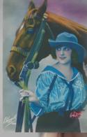 Jeune Femme Avec Un Cheval - Femmes