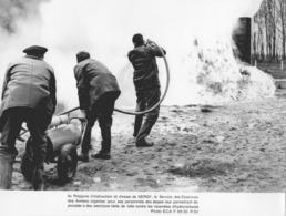 """MILITAIRE-(2 Phot.).""""Polygone D'Instuction Et D'essai à GERGY-""""Exercices De Lutte Contre Les Incendies D'Hydrocarbures"""" - Militaria"""