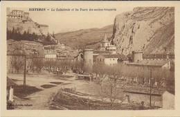 Sisteron - La Cathédrale Et Les Tours Des Anciens Remparts - Sisteron