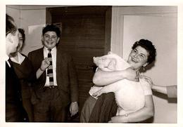 Amusante Photo Originale Femme Portant Une Jeune Truie Dans Une Maison Sous L'Oeil Amusé Des Autres Copains Comme Cochon - Personnes Anonymes