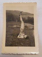Photo Vintage. Original. Érotique. Une Fille à Moitié Nue Est Engagée Dans La Gymnastique. Lettonie - Erotiques (...-1960)