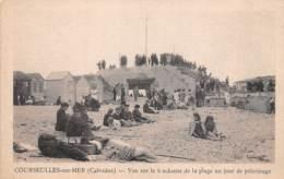 COURSEULLES SUR MER - Vue Sur Le Blockauss De La Plage Un Jour De Pélerinage - Courseulles-sur-Mer