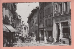 OUDE POSTKAART ZWITSERLAND - SCHWEIZ -     FRIBOURG - RUE DE LAUSANNE - AUTO - SHOPS - GEANIMEERD - FR Fribourg
