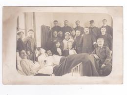 Carte Photo Groupe De Militaires Blessés Dans Un Hôpital VOIR DOS écrite Par Joseph Du 121 ème ? - Régiments