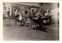 Photo Originale Un Dimanche Paisible En Famille, Joueur De Guitare & Atelier Couture En Plein Air Vers 1930 - Personnes Anonymes
