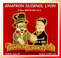 "SUPER PIN'S ""GUIGNOL De LYON"" : THEATRE Avec GNAFRON Signé Arthus BERTRAND En ZAMAC Base Or, Format 2,7X2,1cm - Arthus Bertrand"