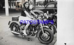 134020 REAL PHOTO MOTORCYCLE MOTO AND WOMAN NO POSTAL POSTCARD - Motorbikes