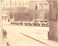 2 Photos Originales Albuminées De 1885 - Retour Cavaliers Des Funérailles De Victor Hugo Avenue Marceau Paris - Old (before 1900)