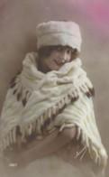 Jeune Femme Dans Un Chale En Fourrure Avec Une Toque En Fourrure - Women