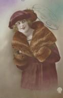 Jeune Femme Dans Un Manteau En Fourrure - Women