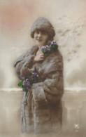 Jeune Femme Avec Manteau De Fourrure Et Fleurs - Women