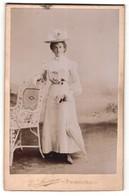 Fotografie E. Lorson, Fribourg, Portrait Junge Dame Im Modischen Kleid Mit Hut Und Schirm - Anonieme Personen