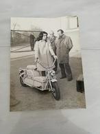 16970   PHOTO DE PRESSE  18CMX24CM 19-12-1972 UN SCOOTER ELECTRIQUE DE 1942 - Photos