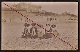 76 VEULES-LES-ROSES -- Carte Photo Prise Devant La Maison De Victor Hugo - Femmes Devant Les Chalets & Cabanes De Plage - Veules Les Roses