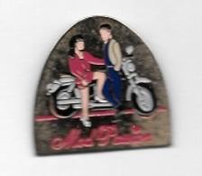Pin's  Moto  Blanche  Avec  Un  Couple  Pour  Publicité  Mod ' Passion - Motorfietsen