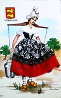 """NORMANDIE """"Porteuse D'eau Ou Lait """"  Editions Vacances (   Référence/N°121  )  - Carte Brodée (Format CPA) - Brodées"""
