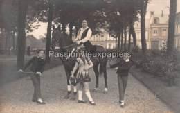 CARTE PHOTO AMIENS (ou Environs)  PLACE ? PARC ? CHATEAU ? DIRECTRICE Et Ses ENFANTS Du CIRQUE - Amiens