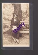 Une Photo  Carte : Un Femme Pose  Sur Un Banc  Carte Non Circulée - Silhouettes