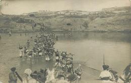 CARTE PHOTO -  CAMPAGNE DU MAROC - TROUPES COLONIALES TRAVERSANT UN PLAN D4EAU - à IDENTIFIER - Andere Kriege
