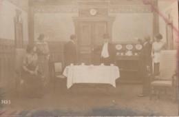 CAMP DE PRISONNIERS MUNSTER (ALLEMAGNE) CARTE PHOTO - PIECE THEATRE - LE MARIAGE DE Melle BEULEMANS - Acte II  (2 SCANS) - Guerre 1914-18