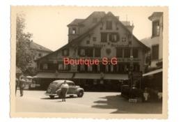 Photo Brunnen Suisse Auberge Pensions Voiture Bâtiment Rue Automobile Personnes 1951 10,5x7,5 Cm - Lugares