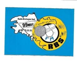 AUTOCOLLANT RBS  RADIO BRETAGNE SUD 99 MHZ L'AMITIE EN PLUS F M - Pegatinas