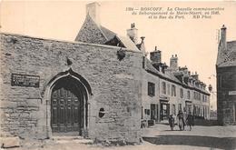 ¤¤  -   ROSCOFF   -   La Chapelle Commémorative Du Baraquement De Marie-Stuart Et La Rue Du Port    -   ¤¤ - Roscoff