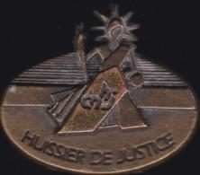 65237-Pin's-Chambre Nationale Des Huissiers De Justice.signé Elixyr. - Administración