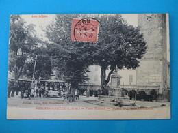 """04 ) Barcelonnette - Place Manuel """" Départ De L'auto-méssagerie """" Autobus """"  - Année 1907 : EDIT : Richaud - Barcelonnette"""