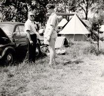 Photo Carrée Originale Père & Fils Au Camping En Fiat 500 & Tente Canadienne - Personnes Anonymes