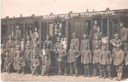 Carte Photo Allemande Groupe De Soldats Dont Certains Avec Casques à Pointe Devant Wagon Chemin De Fer ( Texte Verso) - 1914-18
