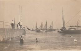3 CARTES PHOTO à Identifier (port Bateau Pêche – Enfants Déguisés Fusil – Piéce De Théatre  Casques A Pointe Militaire - - A Identifier