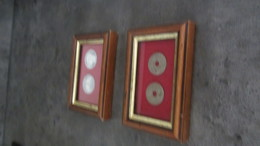 2 Petits Cadres (pièces Sous Verre) - Autres Collections