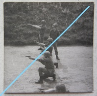 Photo ABL Pistolet Automatique GP ? Holster Circa 1980 Belgische Leger Exercice De Tir Armée Belge Militaria - Guerre, Militaire